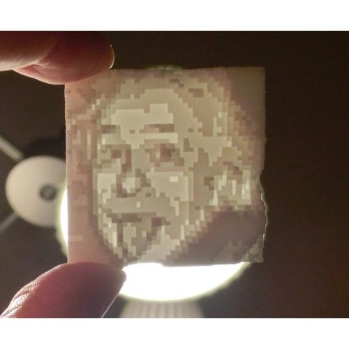凸凹ナイロンのドット絵。裏から光をあてると絵が浮かびます。