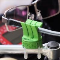 ヘルメットヌグトキメガネチョットオイトクヤーツ(ヘルメット脱ぐときメガネ置いとくヤツ)
